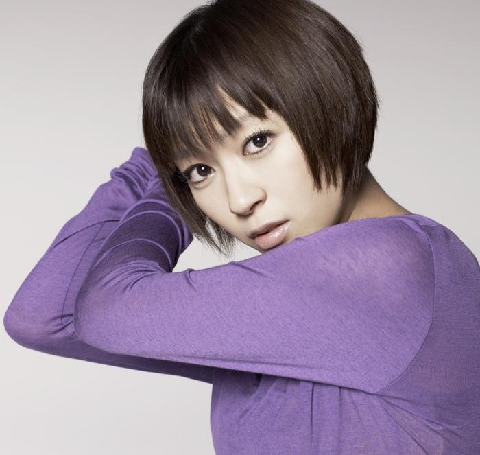 紫の服宇多田ヒカル